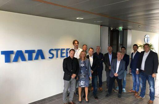 de directie van Venus & De Waard en het management van Tata Steel tekenen contract
